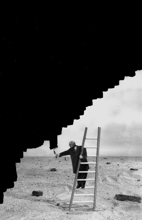 Gilbert Garcin - 289 - Regard sur la peinture contemporaine (A glance at contemporary painting), 2005, gelatin silver print, 12 by 8 inches, 16 by 12 inches, or 24 by 20 inches